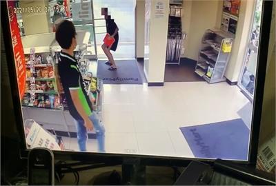 中和超商「方唐鏡」現身 男子不戴口罩、門口跳進跳出掀眾怒