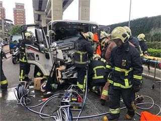 快新聞/新北萬板橋下3車車禍 2貨車駕駛受傷其中1人受困「右小腿變形」