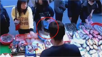 純熟慣犯!婦人拿傘掩護偷高級海鮮 漁販損失2600元怒報警