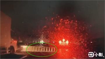 天外飛來鋁梯!國道車輛狂閃愛車被刮花 車主怒:誰的鋁梯出來認領!