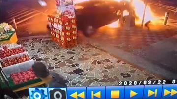 轎車高速衝撞左轉計程車 大量漏油起火