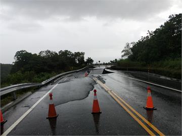 快新聞/台30線玉長公路出口東端路面下陷 緊急封閉全線道路
