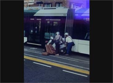 快新聞/高雄機車雙載撞輕軌! 高捷公司:列車為綠燈通行狀態