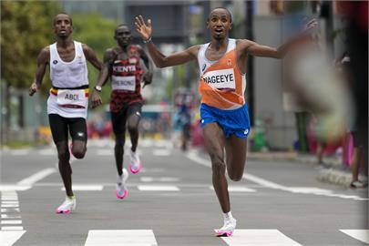東奧/奧運最動人一幕 銀牌得主「跟我來」手勢帶領難民同胞奪銅!
