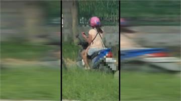扯!胸前背嬰兒「騎車滑手機」母危險駕駛 網友:也太誇張