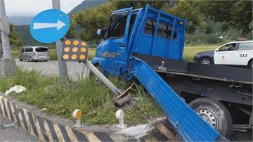 嚇死誰!小貨車突然左切迴轉曳引車撞上「四季豆灑滿地」