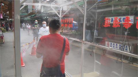 自治會自購3公尺長「噴霧式消毒通道」  進福和市場買菜全身通通消毒