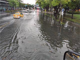 北市豪雨特報! 士林中山北路.福林路路口水淹30cm
