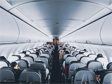 搭飛機有這些習慣恐觸禁忌!資深空姐:頭不要靠窗邊、別吃冰塊