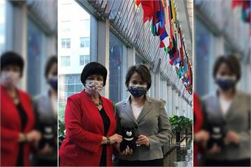 快新聞/美國務院官員會晤蕭美琴! 2人牽「台灣黑熊」布偶小手同框照曝光