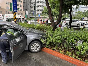 快新聞/北市信義區重大車禍!  Uber司機衝撞6汽機車釀7傷