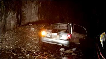 南橫落石砸中轎車 鹿野鄉路樹倒塌
