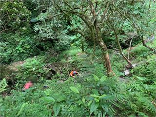 快新聞/疑失足墜落沿海林道深15公尺溪谷下 登山客臉部流血等待警消救援