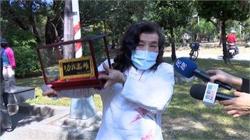 力挺響應罷韓「釣客食堂」獲頒功在高雄匾額
