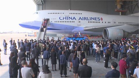 「空中女王再見」華航員工與航空迷揮別波音747-400客機