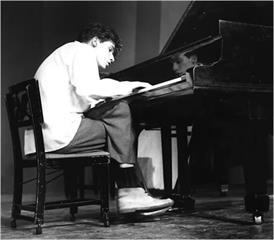 這位傳奇音樂家,一生只用一張椅子演奏