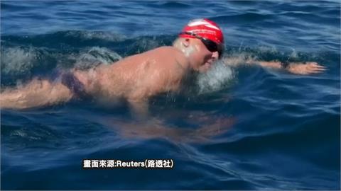 義大利泳將泳渡的的喀喀湖 完成20km創舉