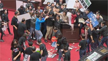 快新聞/藍委丟「豬內臟」大鬧國會遭批評 江啟臣:不杯葛抗議就是縱容獨裁的開始