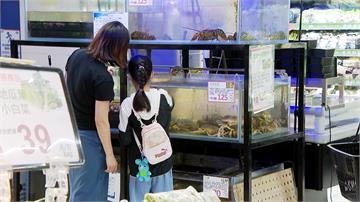 活跳跳的海鮮家樂福也買得到 波士頓龍蝦、西雅圖螃蟹、牡蠣都買得到 標出產地定價及特色 吸引民眾目光