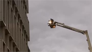 牆面燒出洞!內湖商辦5樓竄火舌 疏散160人
