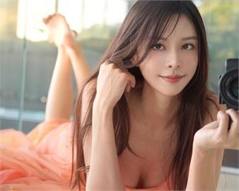 鋼琴女神「中空綁帶」馬甲外穿 「口咬水蜜桃」11萬網友超激動!