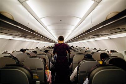 搭飛機經濟艙3人座「中間座位」扶手該歸誰?前空服員曝:都是坐中間的