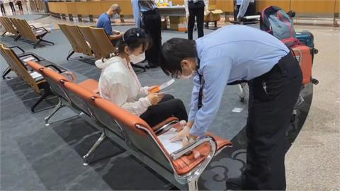 機場入境全面篩 旅客排隊等待PCR篩檢