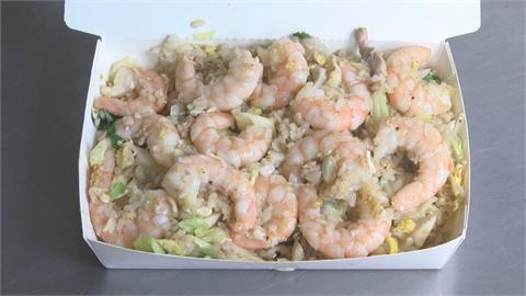 每日限量! 台南隱藏版炒飯 13尾蝦鋪滿飯盒