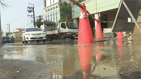 我家門前有小河? 台中馬路突冒湧泉 自來水管線爆管溢流4小時 疑管線老舊釀禍