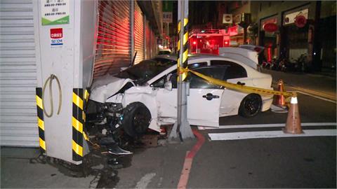 轎車自撞電線桿後又衝進修車廠內 車上男女竟棄車躲暗巷