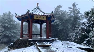 台中大雪山飄雪了 天池一帶宛如北國