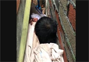 快新聞/桃園1男卡在25cm兩面牆中  獲救28歲男對如何「遭卡」交代不清