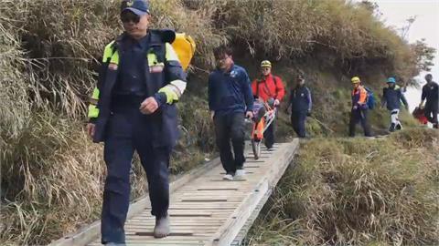 登山客爬玉山前峰遭落石砸中!消防員「特製獨輪車」高效救援