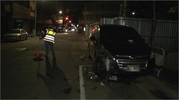 轎車撞路邊停車 駕駛被目擊拿著包包離開