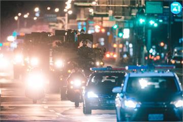 超帥!憲兵「雲豹甲車」夜間奔馳台北街頭畫面曝光