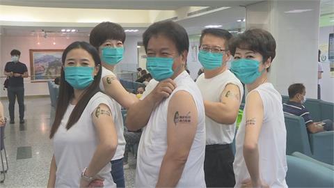 快新聞/獻手臂挺高端疫苗!陳亭妃、郭信良一早赴醫院接種