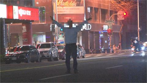 險!醉男馬路中央穿梭 女性友人及時「把他帶走」