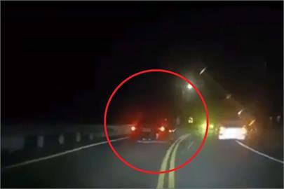 快新聞/畫面曝!轎車跑山狂飆「逆向超車」狠撞對向車