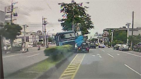 大貨車司機疑心肌梗塞失去意識!昏迷前用全力閃過加油站自撞分隔島