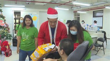 球星林智勝、張育成 扮耶誕老人送物資