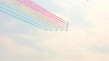 紅藍白彩煙劃天際 紅箭飛行隊升空紀念二戰
