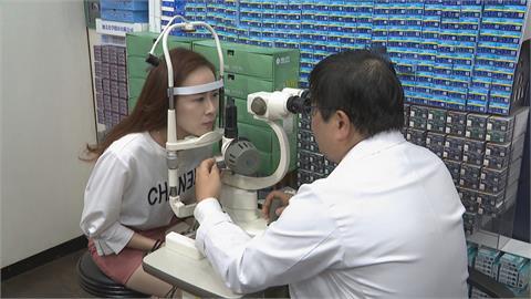 宅在家狂用3C 醫師疾呼當心! 眼睛病變、飛蚊症等機率增高