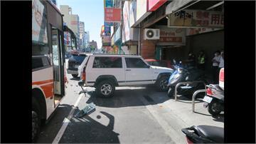 碰碰碰!吉普車臨停 遭公車追撞殃及7車