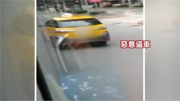 劣!小黃惡意擋公車 乘客控拿安全開玩笑