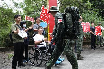 快新聞/「鋼鐵傘兵」秦良丰回娘家! 現身特三營戰術任務行軍為同袍打氣