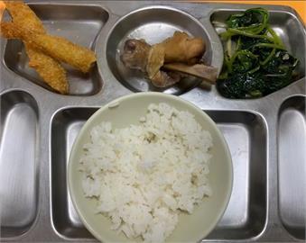 被當盤子!女大生夾2肉1菜1飯竟要「86元」 氣喊:學餐正常嗎?