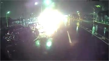 天雨路滑狀況多!打滑追撞火燒車駕駛身亡