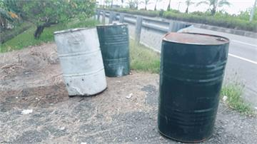 屏東台一線、台十七線沿線 遭棄置廢油泥桶