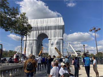 巴黎凱旋門被塑膠布包覆 故環境藝術大師構想實現