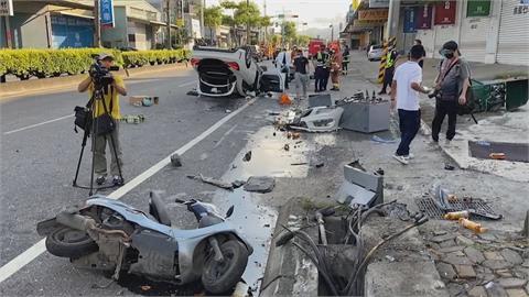 女駕賓士撞機車再撞變電箱 車輛翻覆「四輪朝天」 3人擦挫傷送醫